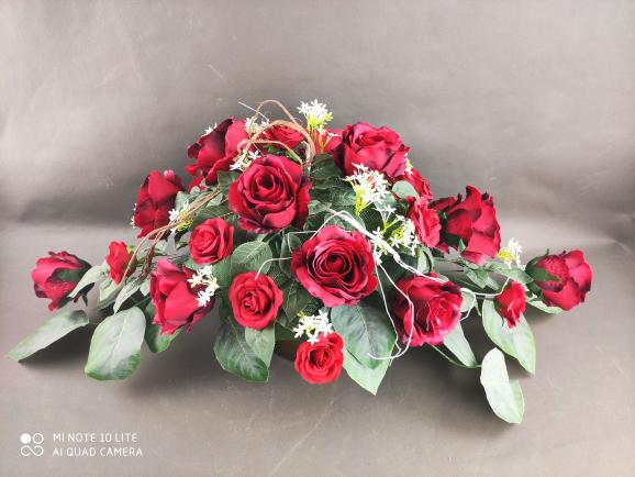 stroik na cmentarz, czerwone róże, kwiaty sztuczne